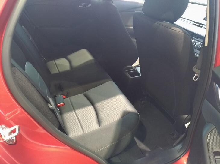 CX-3後部座席