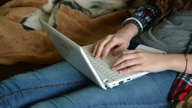 女の子がパソコン