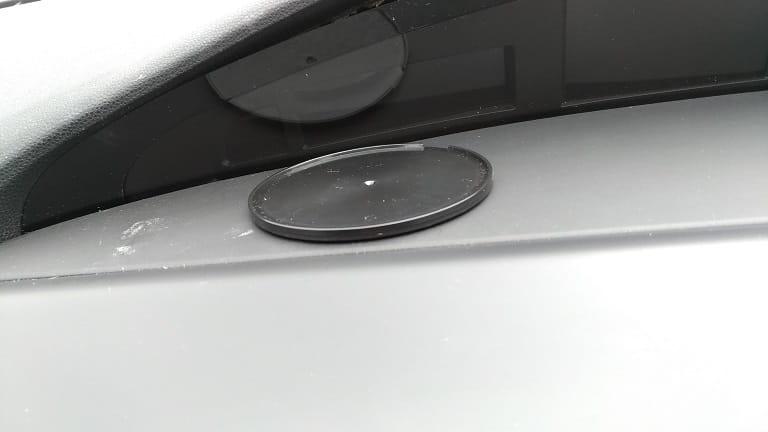 車に3Mテープ付きプレートを取り付ける